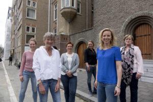 Dokter van Doorn is de tweede van links